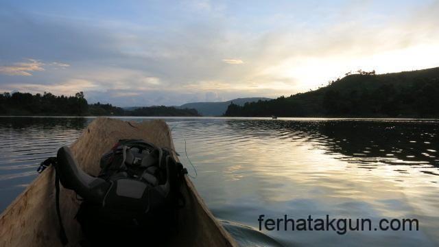 Mit dem Kanu auf dem Lake Bunyonyi