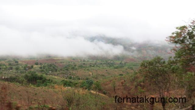 Neblige Landschaft auf dem Weg nach Songea