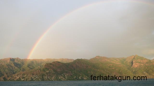 Regenbogen über den Bergen