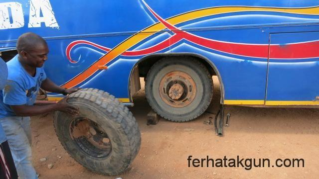 Reifenwechsel in Tunduru