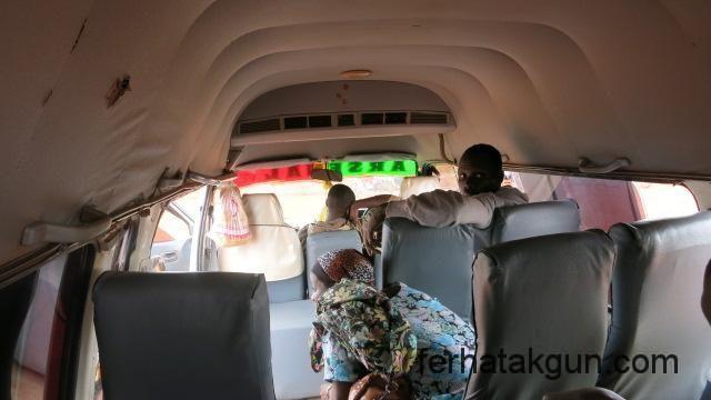 Weiterfahrt im groesseren Bus