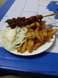 Chipsi, Pommes, Saladi, Salat, Zwiebeln, Fleisch, Ziege, Uganda, Ruanda, Rwanda, Tansania, Tanzania
