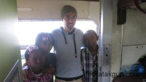 Fotos mit Kindern im Zug nach Mwanza