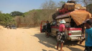 auf-dem-weg-nach-sambava-alle-raus-aus-dem-fahrzeug