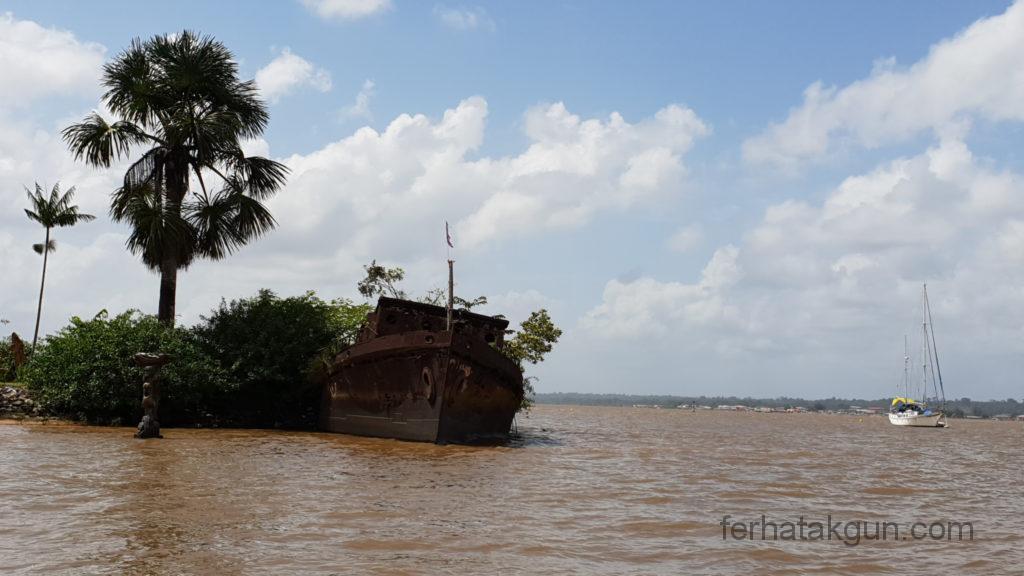 Altes Schiff am Ufer