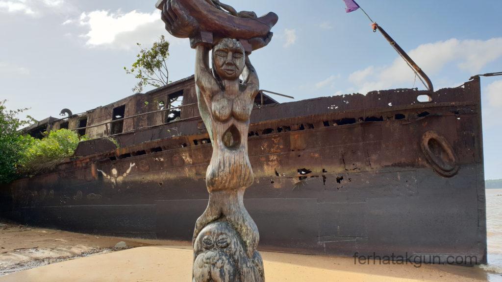Kunstwerk am Ufer Maroni