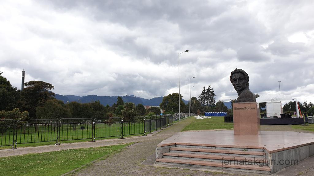 Bogota - Simon Bolivar Park - Statue