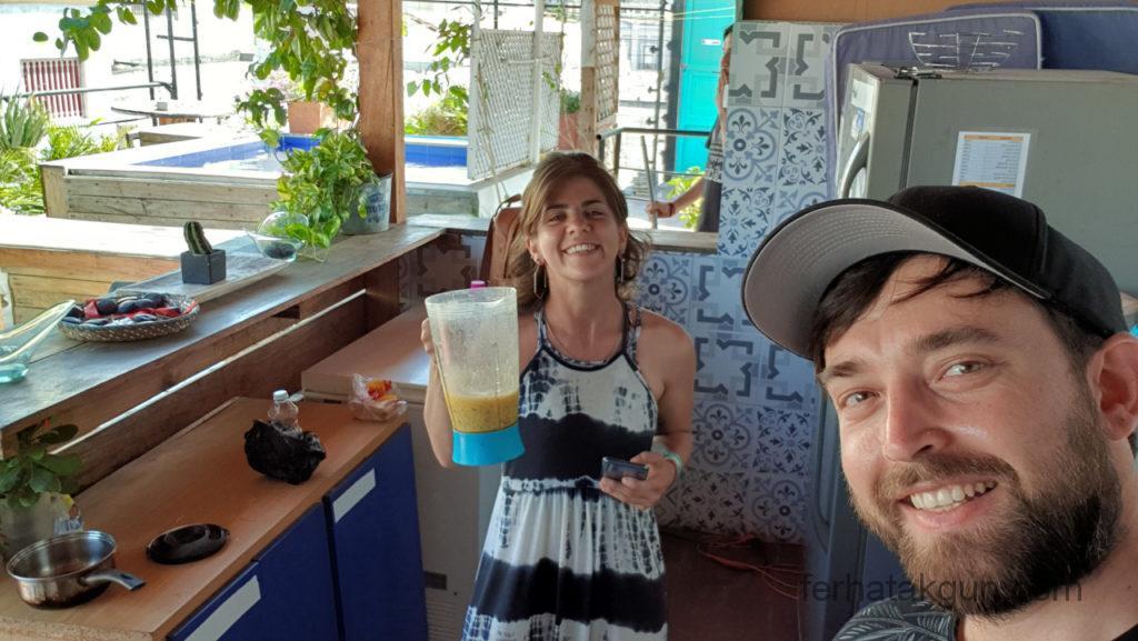 Santa Marta - Virginia und ich machen Maracuja Saft