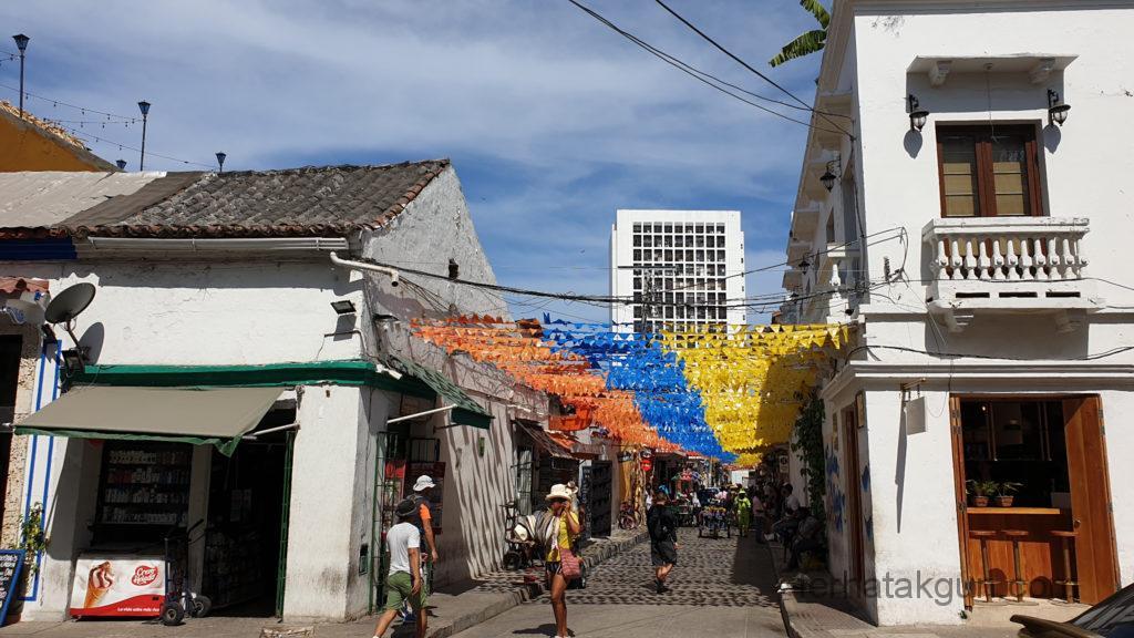 Cartagena - Straße mit Flagge