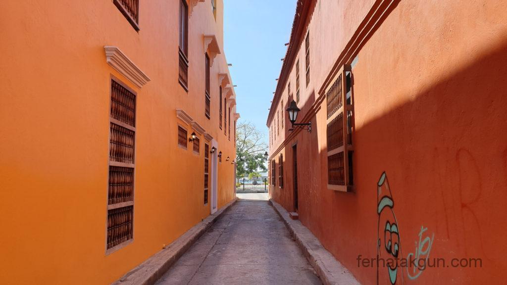 Cartagena - Gebäude in Orange