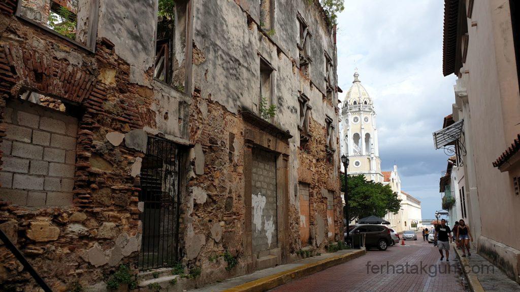Panama City - Kirche und Ruine in Casco Viejo