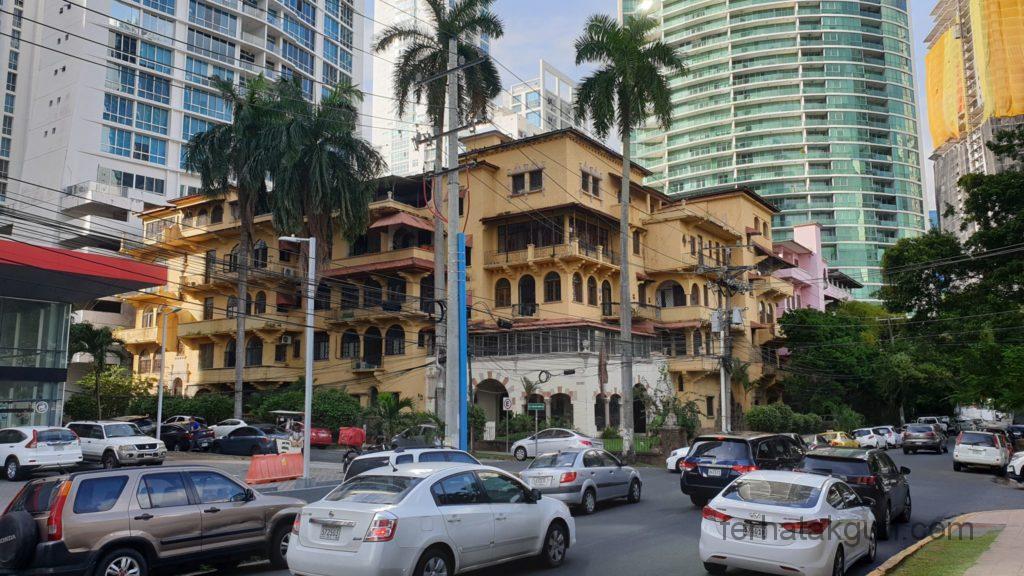 Panama City - Schönes Gebäude umringt von hässlichen Hochhäusern